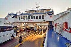 Transfiera el transbordador de coche en el viaje en transbordador a la Crimea en la puesta del sol Fotos de archivo