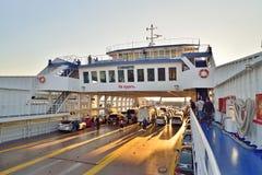 Transfiera el transbordador de coche en el viaje en transbordador a la Crimea en la puesta del sol Fotos de archivo libres de regalías