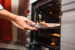 Transfiera la torta en el horno Fotografía de archivo libre de regalías