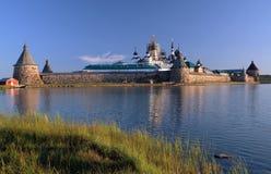 Transfiguração do monastério de Jesus Christ Savior Solovetskiy em ilhas de Solovki (arquipélago de Solovetskiy) no mar branco, R Fotografia de Stock