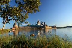 Transfiguração do monastério de Jesus Christ Savior Solovetskiy em ilhas de Solovki (arquipélago de Solovetskiy) no mar branco, R Foto de Stock