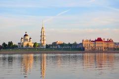 Transfiguratiekathedraal en de bouw van het Museum van Rybinsk Royalty-vrije Stock Afbeeldingen