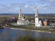 Transfiguratiekathedraal en leunende toren Demidov Mening van hierboven Nevyansk Het gebied van Sverdlovsk Rusland stock foto's