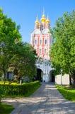 Transfiguration der Jesus-Torkirche gelegen über dem Haupteingang des Novodevichy-Klosters, Moskau, Russland Stockfotografie