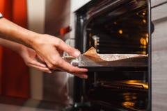 Transfira o bolo no forno Foto de Stock