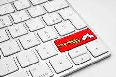Transfira o botão vermelho do arquivo com um ícone da nuvem em um teclado isolado branco Foto de Stock Royalty Free
