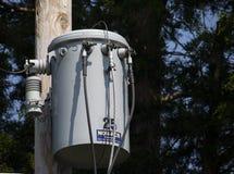 Transformador bonde Polo-montado vizinhança da C.A. fotografia de stock royalty free