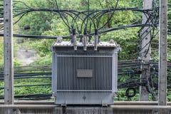 Transformador de alta tensão elétrico no polo concreto fotos de stock