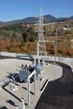 Transformador de poder aceite-llenado alto voltaje en la subestación eléctrica imagen de archivo