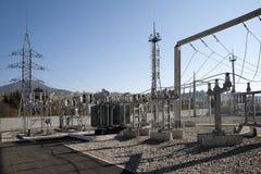 Transformador de poder de alto voltaje en la subestación fotos de archivo