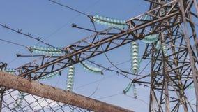 Transformador de poder de alta tensão industrial em um central elétrica Apoios de fios de alta tensão Subestação elétrica atrás vídeos de arquivo