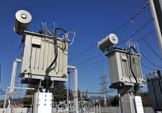 Transformador de poder en central eléctrica imagen de archivo
