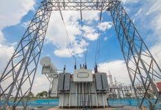 Transformador de poder en la estación sub foto de archivo