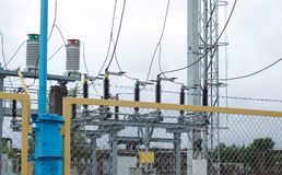 Transformador de poder no switchyard de alta tensão na subestação elétrica moderna, poder foto de stock