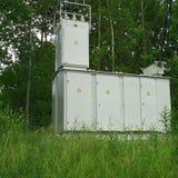 Transformador eléctrico de alto voltaje en el bosque Foto de archivo libre de regalías