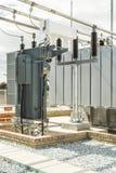 transformador grande en una central eléctrica que ayuda a regular la corriente imagen de archivo