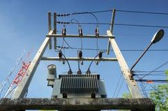 Transformador imergido óleo da distribuição na plataforma Fotografia de Stock