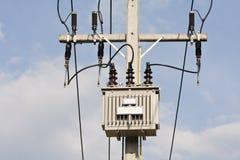 Transformador na estação do poder superior. imagens de stock royalty free