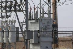 Transformador na subestação elétrica rural de Iowa Fotos de Stock Royalty Free