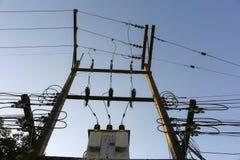 Transformador y líneas eléctricas Fotos de archivo