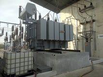 Transformadores de aceite grandes y alto voltaje foto de archivo