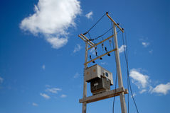 Transformateur électrique sur le poteau Photographie stock