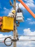Transformateur d'installation de deux électriciens Images libres de droits