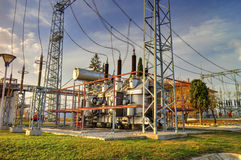 Transformateur de puissance dans le switchyard à haute tension Image stock