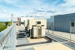Transformateur sur la gare de puissance élevée L'électricité à haute tension 3D Images libres de droits