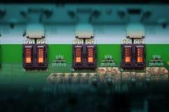 Transformateurs électriques alignés sur la carte PCB Image libre de droits