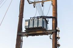 Transformateurs d'un courrier électrique avec des lignes à haute tension contre le ciel Photographie stock libre de droits