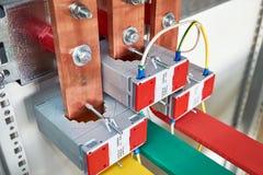 Transformateurs de courant électriques adaptés sur les barres omnibus de cuivre verticales images libres de droits