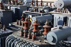 transformateurs de tension dans un sto électrique polluant et dangereux Photo stock