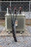 Transformator op de cementvloer Stock Afbeeldingen