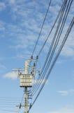 Transformator på elektricitetsstolpen, hög kraftverk. Hög voltag Royaltyfri Foto