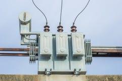 Transformator på elektricitetsstolpen, hög kraftverk. Hög voltag Royaltyfri Bild