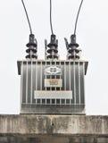 Transformator på hög kraftverk. Arkivfoto