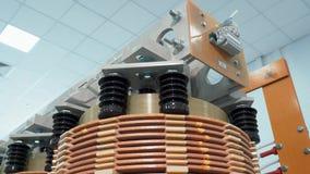 Transformator trocken Hohe Leistung und Hochspannungskomponente für industrielle Elektrogeräte Geschossen in der Bewegung stock video