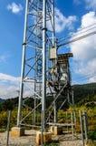 Transformator z Elektrycznymi słupami na górze. Obrazy Stock