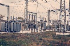 Transformatoravdelningskontor, hög-spänning switchgear och utrustning HDR foto av en elektrisk station med poler och trådar royaltyfri bild