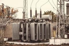 Transformatoravdelningskontor, hög-spänning switchgear och utrustning Tappningfoto av en kraftverk med poler och trådar royaltyfri bild