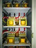 Transformatoren im elektrischen Gremium Stockfotografie