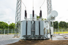 Transformatorpost en hoogspannings elektrische pool stock afbeelding