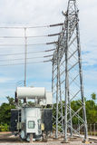 Transformatorpost en hoogspannings elektrische pool royalty-vrije stock foto