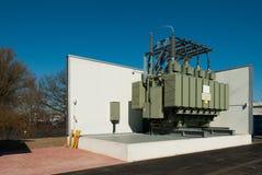 Transformatorstation liefert einen st?dtischen Bezirk mit Strom lizenzfreie stockfotografie