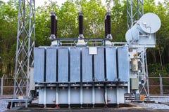 Transformatorstation och den höga spänningselkraftpolen royaltyfria foton