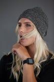 Transgender η φθορά γυναικών πλέκει το καπέλο Στοκ Εικόνα