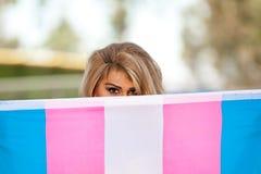 Transgenderkvinnlig med stolthetflaggan Royaltyfri Foto