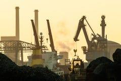 Transhipment av bulk godor på en hamn Royaltyfria Bilder