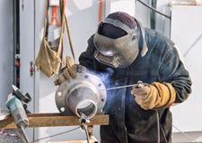 Transição cônica manual da soldadura de arco com uma flange contornada Imagem de Stock Royalty Free